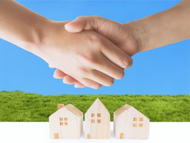 家と握手する光景