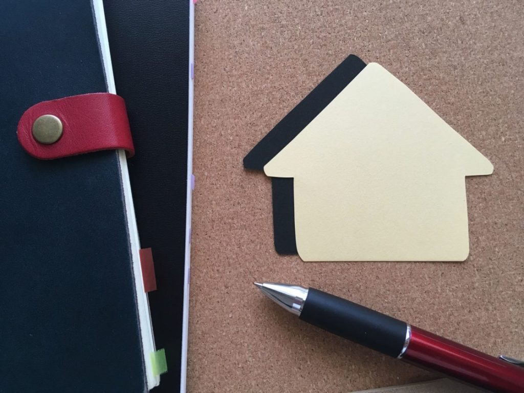 手帳と家とボールペン