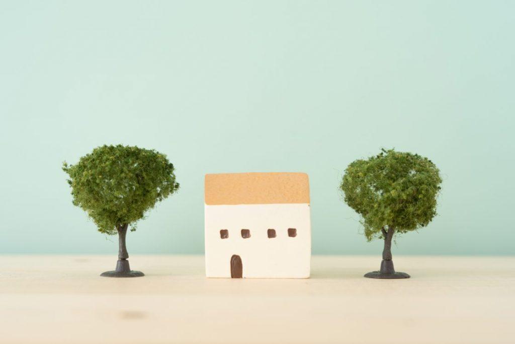 木の間に家