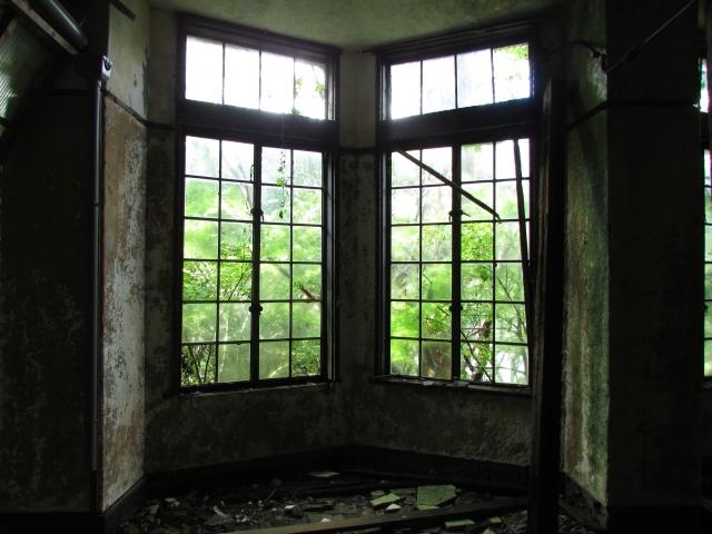 朽ちた空き家内観