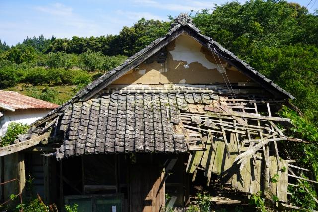 壊し途中の空き家