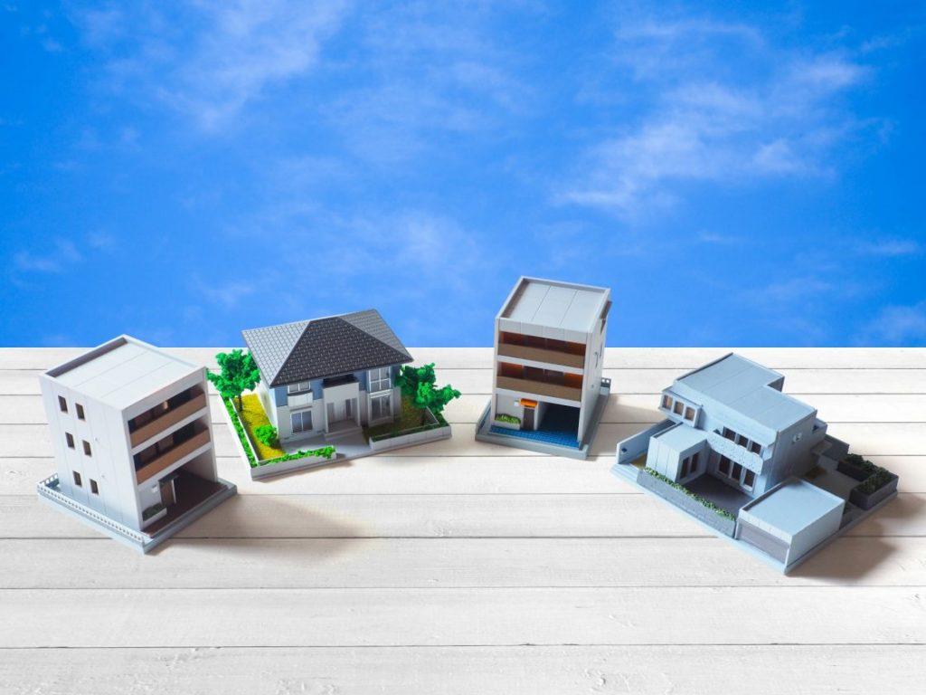 青空を背景に家の模型