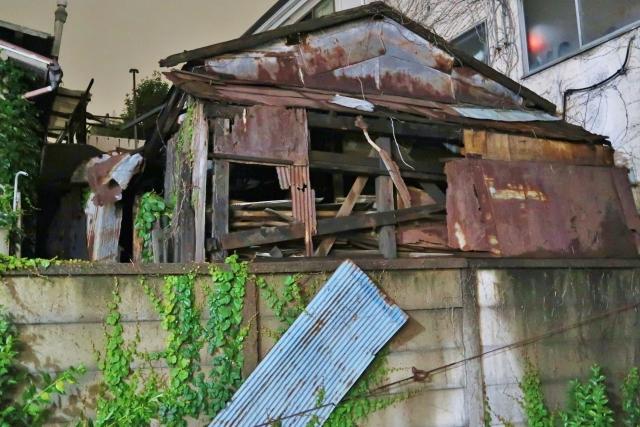 朽ちた空き家