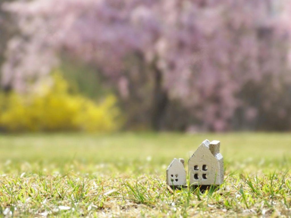 原っぱに家の模型