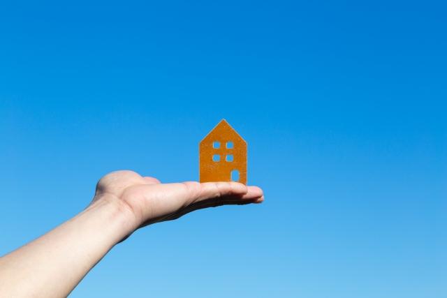 青空に家の模型