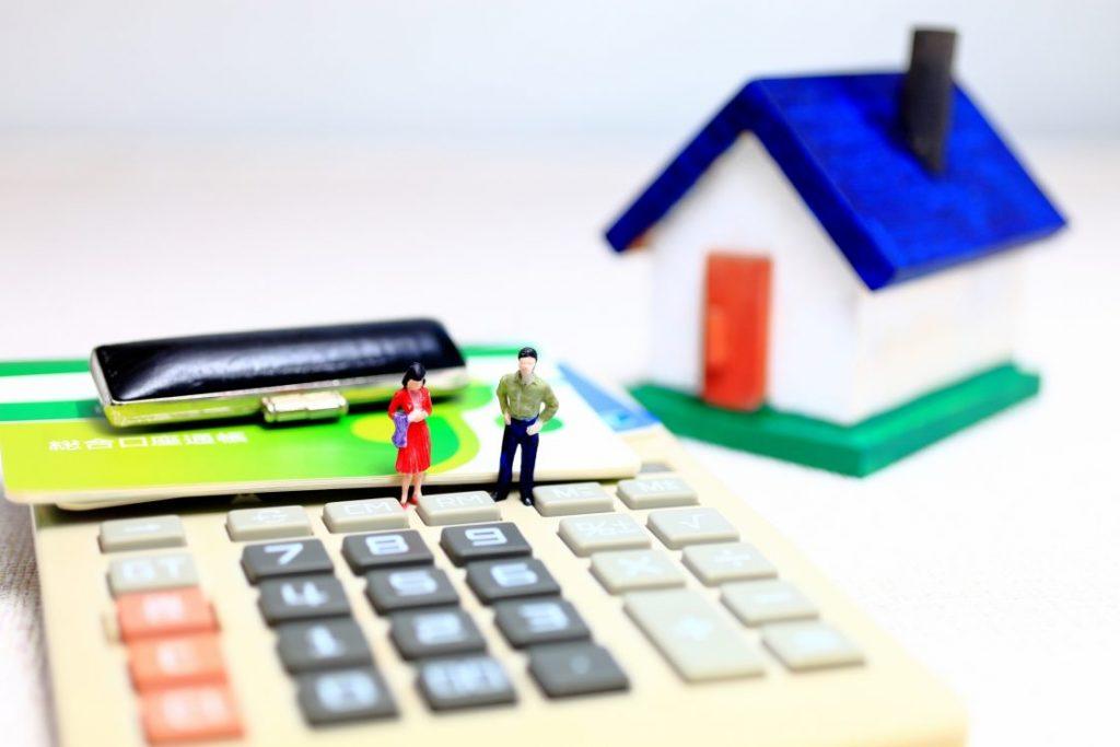 電卓と家や人の模型
